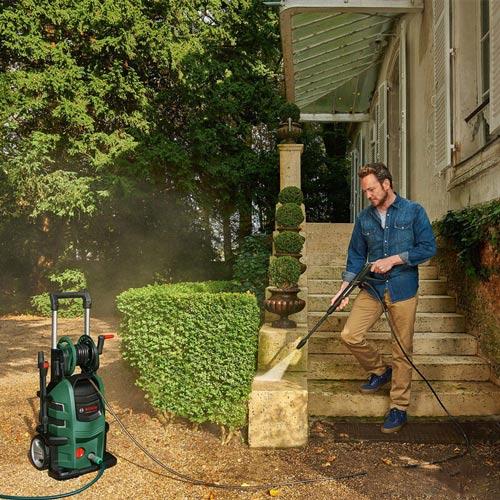 Sử dụng vòi xịt áp suất để tẩy sạch rông rêu