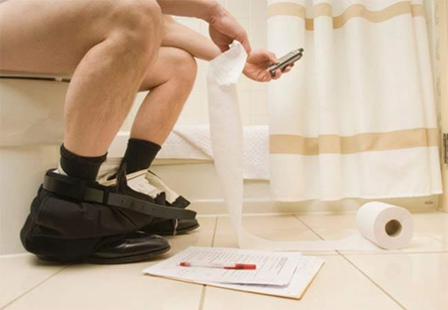 Không nên đi vệ sinh quá lâu