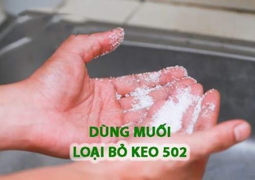 Rửa keo 502 dính trên da tay bằng muối kết hợp nước