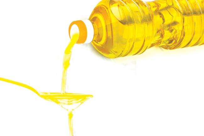 Sử dụng dầu ăn để tẩy keo 502 trên xe máy