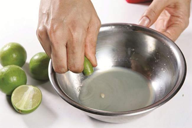 Sử dụng nước cốt chanh để khử mùi
