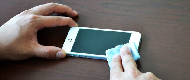 Tẩy keo 502 trên màn hình điện thoại bằng cồn