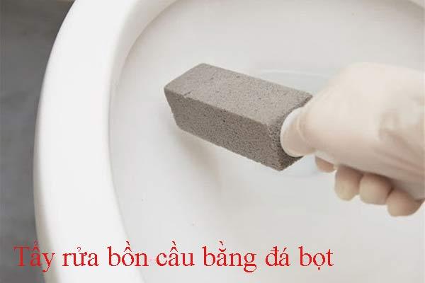 Tẩy rửa bồn cầu bằng đá bọt